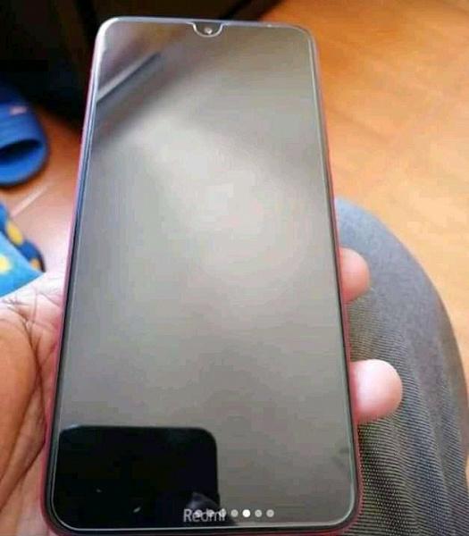 Смартфон Redmi 8 позирует на живых фото в руках пользователя