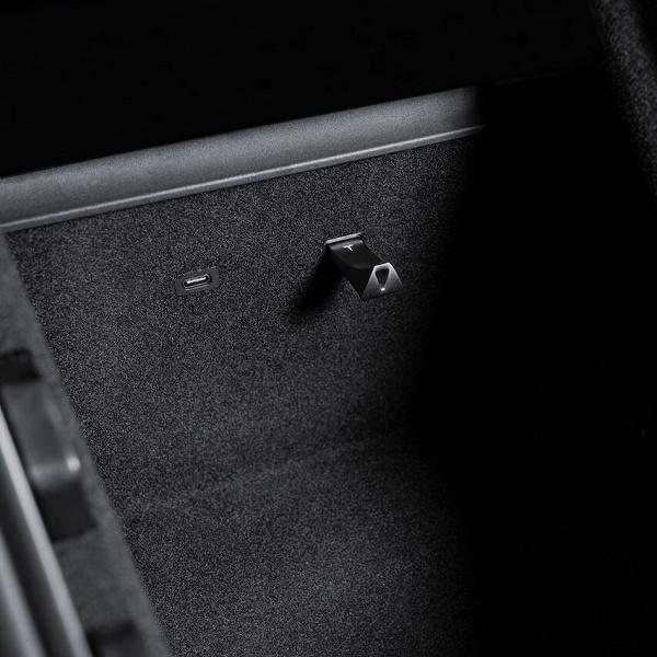 Tesla начала продавать USB-флешки