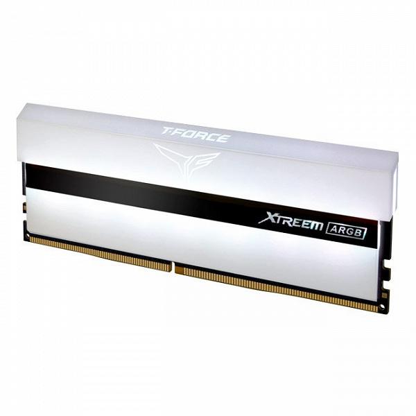 Модуль памяти Team Group Xtreem ARGB White почти целиком спрятан в рассеиватель подсветки