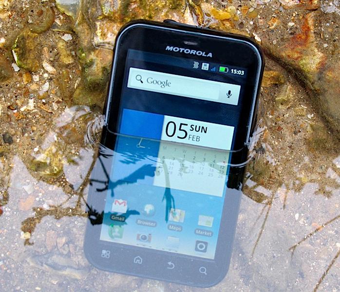 Motorola может возродить легендарный смартфон Defy. Новинка также будет защищённым аппаратом