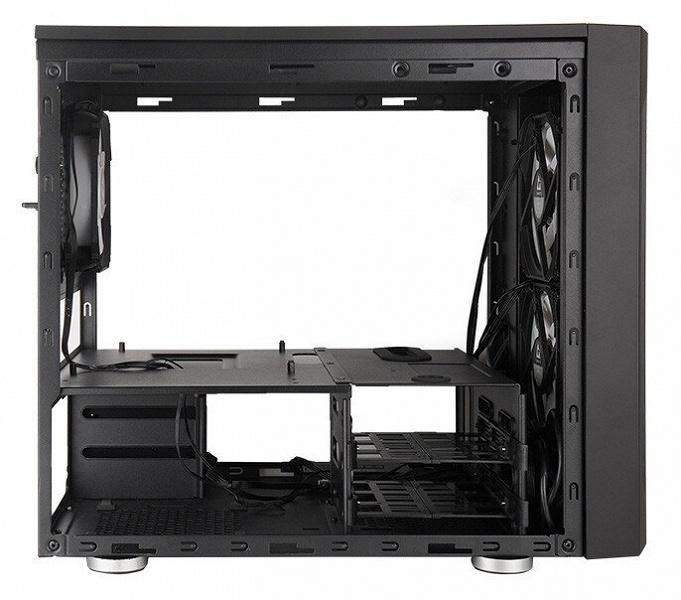 Боковые панели корпуса Chieftronic M2 Gaming Cube изготовлены из стекла