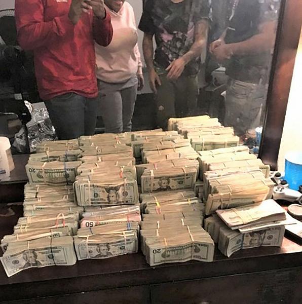 У наркоторговца украли полмиллиона долларов с помощью Apple Watch, грабители позировали на фоне стопок денег