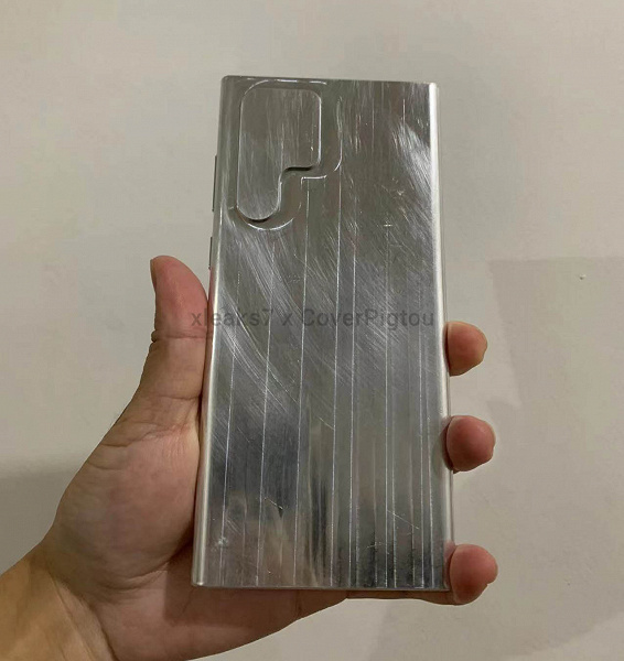 This will put the Galaxy S22 Ultra in your hand.  The aluminum model of the new flagship Samsung showed in the photo and video