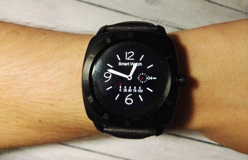 За рублей и 3 месяца работы в свободное время автор создал умные часы, информирующие о входящих смс и звонках с выводом текста и именем отправителя на экран.