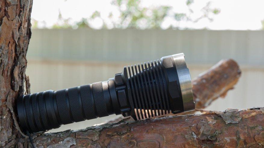 مصباح يدوي قوي بعيد المدى Nightwatch NI40 Stalker: SST40 LED وبطارية 26650 4