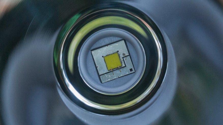 مصباح يدوي قوي بعيد المدى Nightwatch NI40 Stalker: SST40 LED وبطارية 26650 33