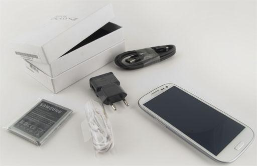 В коробку входит стандартный набор: смартфон, наушники (с комплектом запасных подушечек), USB-кабель (USB-microUSB) .
