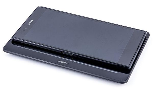 Планшетофон Sony Xperia Z Ultra лежит на семидюймовом планшете Ainol Novo 7 Venus