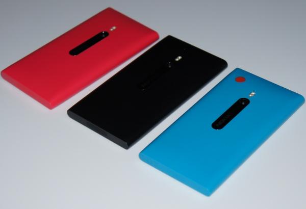 Nokia Lumia 800 в трех цветовых исполнениях