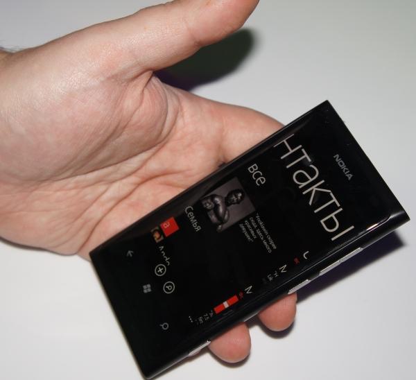 Nokia Lumia 800 в руках
