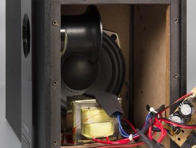 Усилитель сабвуфера выполнен на микросхеме D2031A, сателлитов - на двух D2030A.