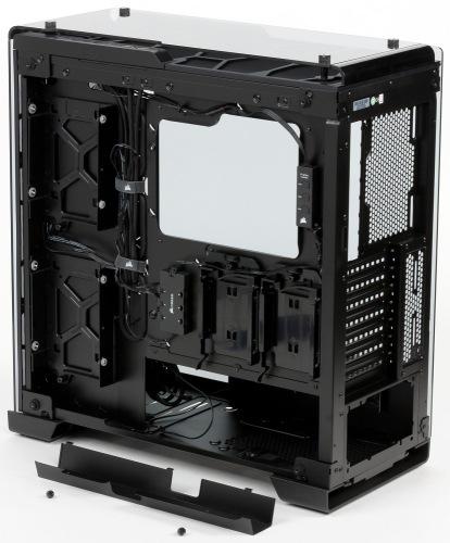 Вид изнутри: обратная сторона основания для системной платы со снятым кабель-каналом корпуса Corsair Crystal Series 570X RGB