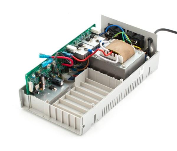 ИБП собран по низкочастотной схеме, с трансформатором, имеющем два дополнительных выхода (повышающую и понижающую...