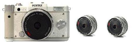Первое изображение беззеркальной камеры Pentax и двух объективов для нее