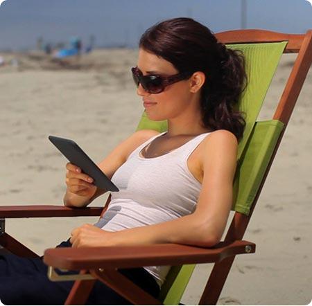 Девушка читает электронную книгу
