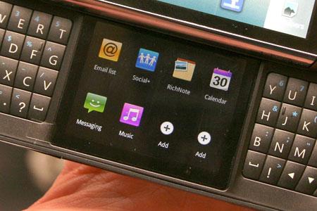 LG оснастила смартфон под управлением Android двумя сенсорными дисплеями и клавиатурой QWERTY
