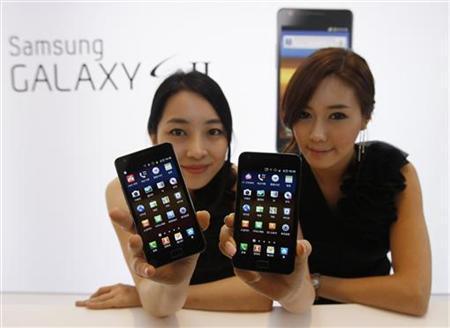 модели демонстрируют продукцию Samsung