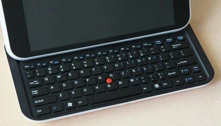 Полноценная выдвижная клавиатура QWERTY имеет пять рядов клавиш