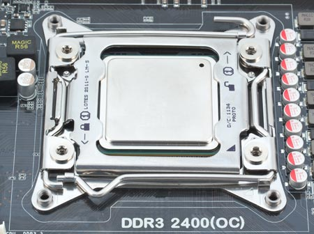 сокет LGA 2011 на системной плате с процессором внутри