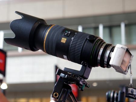 Объектив с фокусным расстоянием 60-250 мм установлен на камеру PENTAX Q с помощью прототипа переходника
