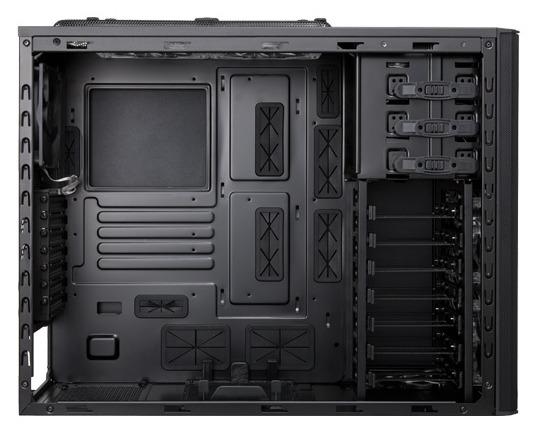 В корпусе Rosewill Armor Evolution есть место для платы типоразмера E-ATX и 12 вентиляторов