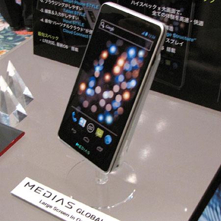 NEC показала смартфоны, которые будут представлены на Mobile World Congress, включая модель с двумя экранами