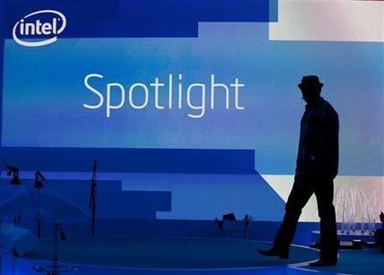 Сотрудник Intel проверяет стенд компании накануне открытия выставки CES 2012