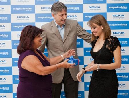Майара Родригез получили юбилейный телефн из рук топ-менеджмента бразильского офиса Nokia