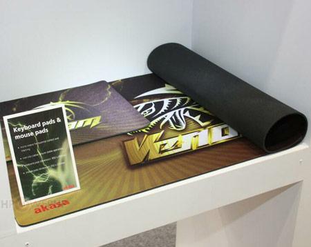 Коврик Venom для клавиатуры имеет размеры 850 х 450 мм