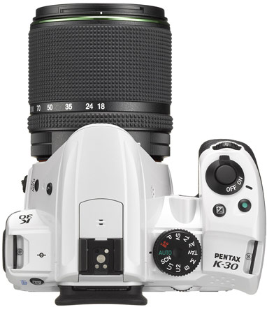 Цифровая зеркальная камера PENTAX K-30 хорошо защищена от непогоды и может работать от батареек AA