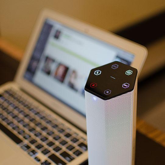 В беспроводную акустическую систему Creative Sound BlasterAxx AXX 200 встроен массив микрофонов и проигрыватель