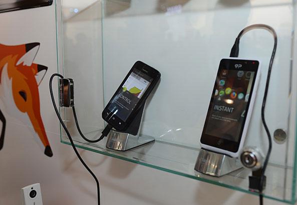 Смартфон Huawei на базе Firefox OS на заднем плане