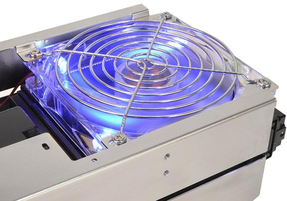В головном блоке Thermaltake Bigwater 760 Pro находится помпа, резервуар для охлаждающей жидкости и радиатор