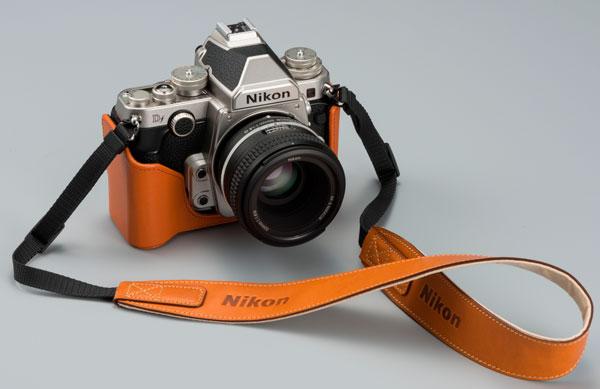 Камера Nikon Df предложена в классическом черном цвете или в серебристом цвете с черными вставками