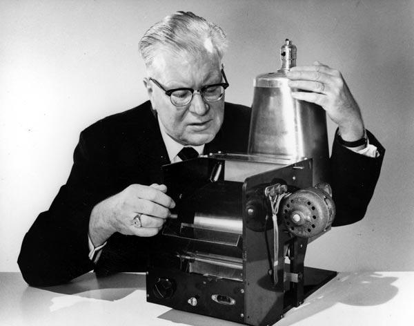 В 1959 году был выпущен первый автоматический офисный копир Xerox 914, работающий на простой бумаге