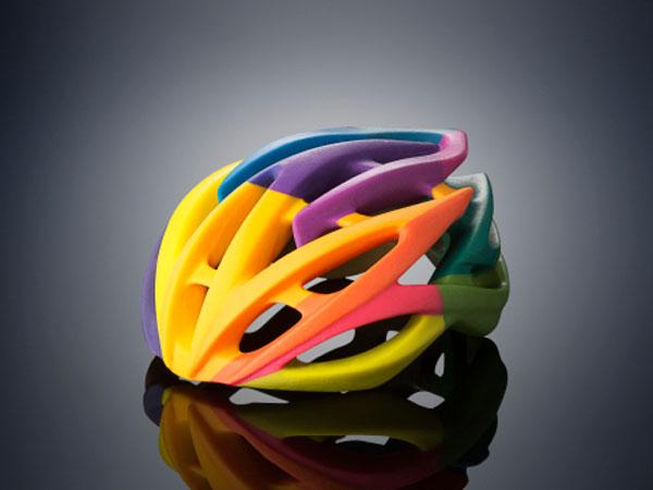 Принтер Objet500 Connex3 Color Multi-material 3D Printer формирует объекты по слоям, используя восемь печатающих головок