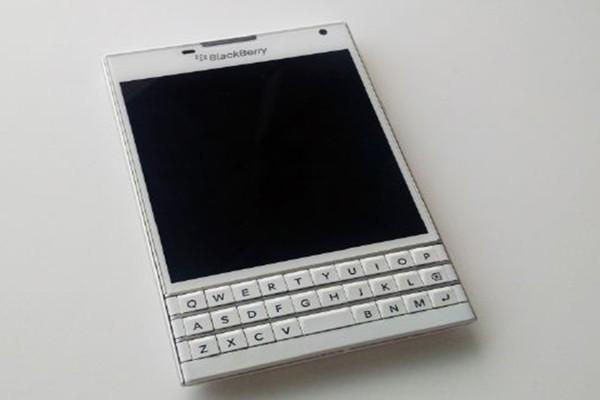 BlackBerry Passport белый