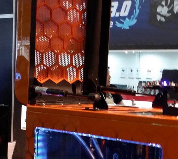 Thermaltake показала корпус для ПК с откидывающимся вверх «капотом»