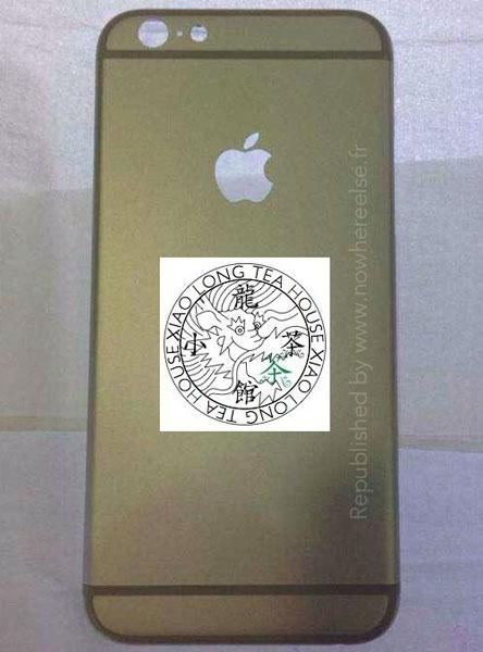На боках задней панели смартфона Apple iPhone 6 можно видеть отверстия для кнопок и карты SIM