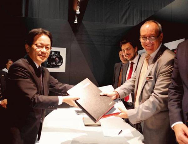 Первый договор о сотрудничестве, касающийся объективов, Panasonic и Leica подписали в августе 2000 года