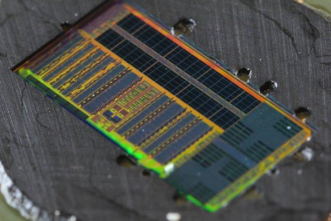 В микропроцессоре интегрировано более 70 млн транзисторов и 850 фотонных компонентов