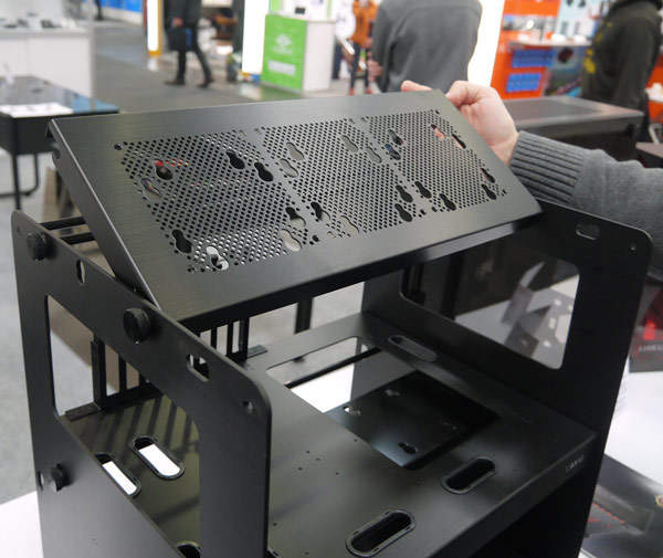 Стенд Lian Li PC-T80X рассчитан на платы типоразмера XL-ATX, ATX и microATX