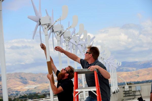 Каждая турбина весит около 13,6 кг и установлена на опоре высотой около 2 м