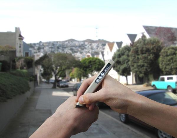 Небольшой сенсорный экран OLED, встроенный в Phree, позволяет управлять пером