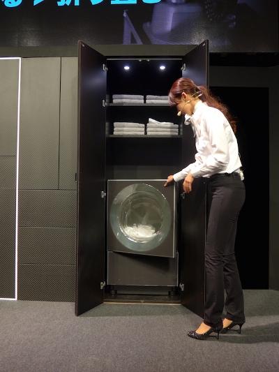 В Японии представлен робот Laundroid, о котором давно мечтают все домохозяйки мира