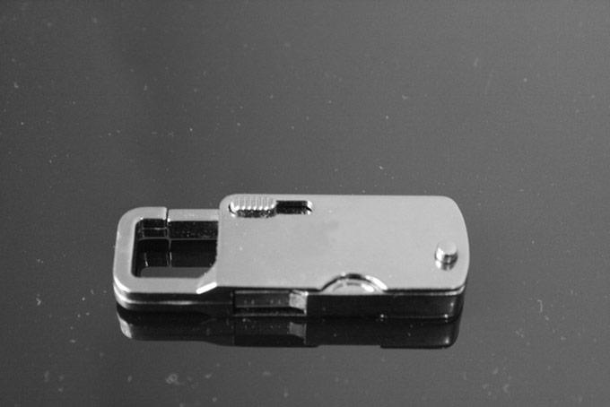 Корпус флэш-накопителя Nayano Outrider изготовлен из металла