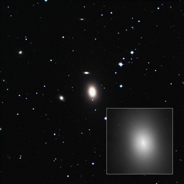Гигантская сверхмассивная чёрная дыра обнаружена в некрупной галактике