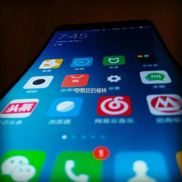 Опубликована фотография нового смартфона Xiaomi с дисплеем, изогнутым на манер LG G Flex