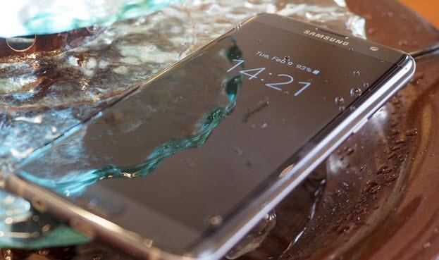 Смартфоны Samsung Galaxy S7 и S7 еdge отказываются заряжаться, если в разъеме Micro-USB обнаружена влага