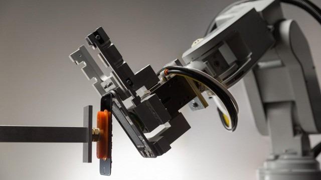 Робот Apple Liam красиво разбирает смартфоны компании